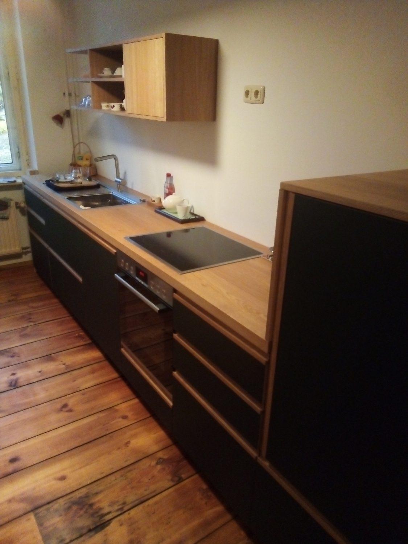 Küche mit Linoleum Fronts, Eiche Griffleisten und Schiebetür ...